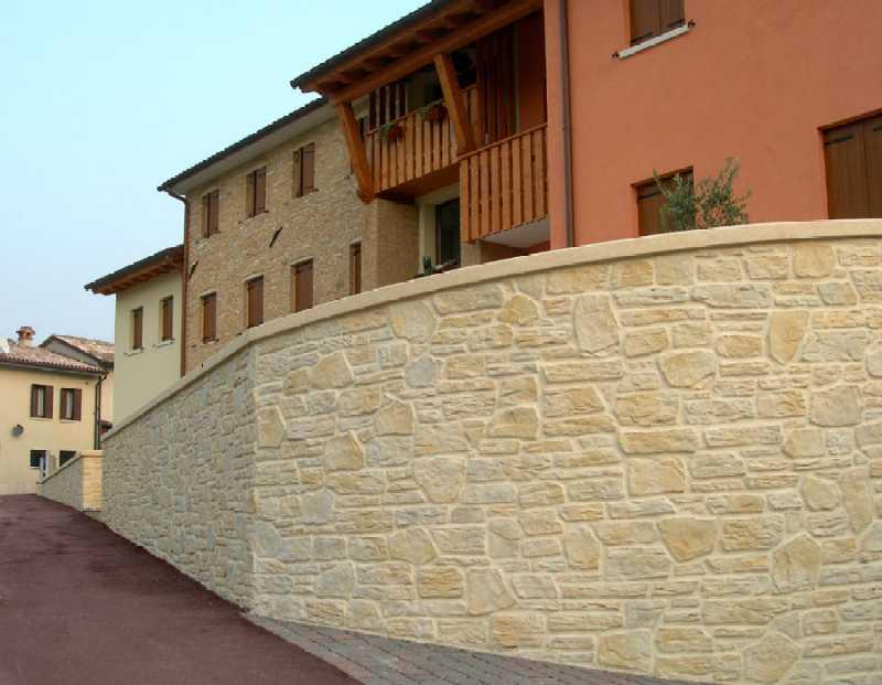 Casa moderna, Roma Italy: Pietre da parete per interni